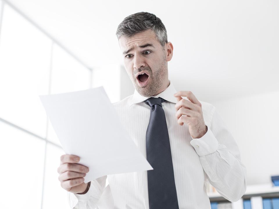 rechnung aufregung brief post schock mann