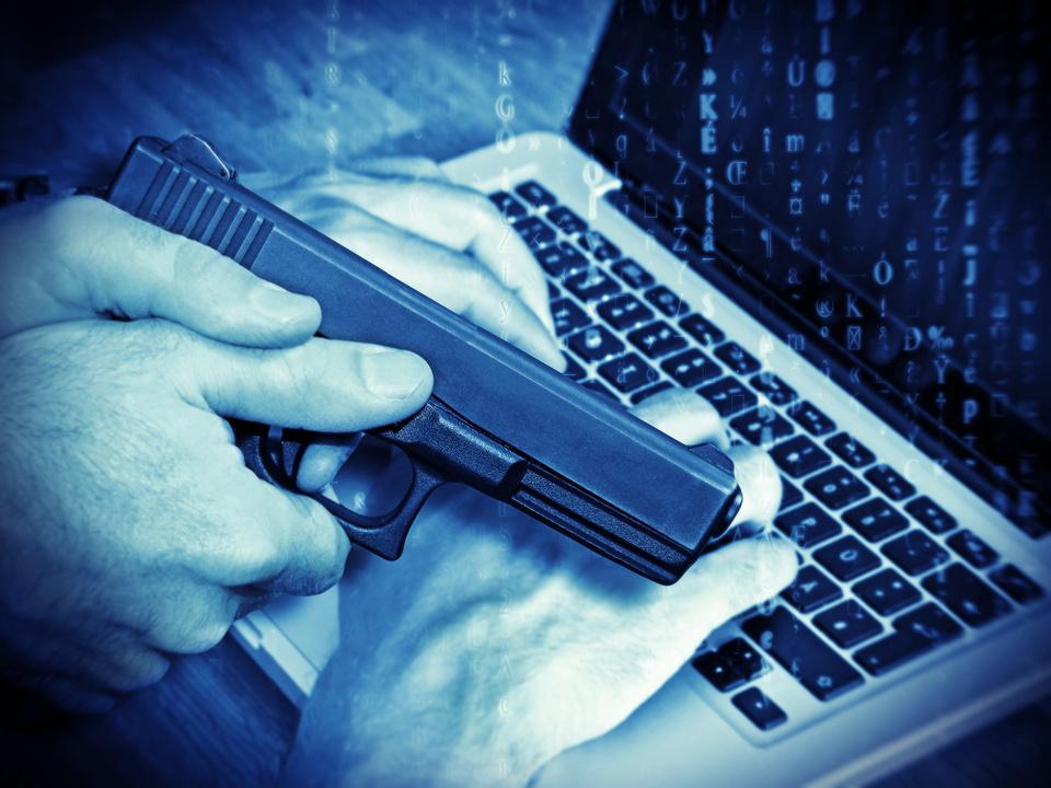 Krimi Verbrechen Computer Crime Amok Plan Pistole