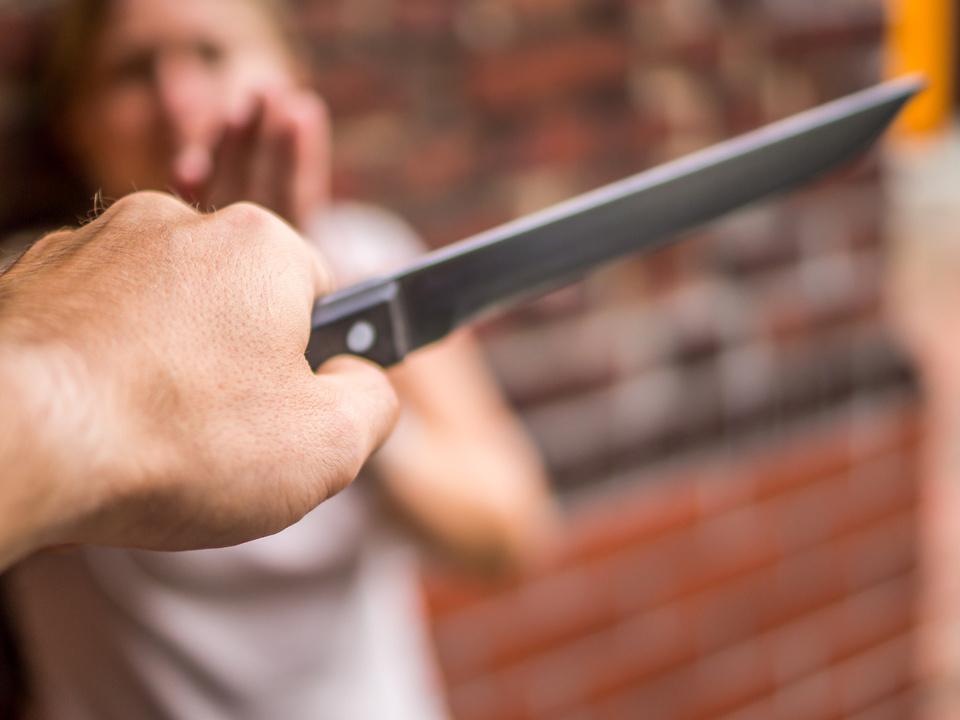 Terror auf der Straße Amok Messer Frau