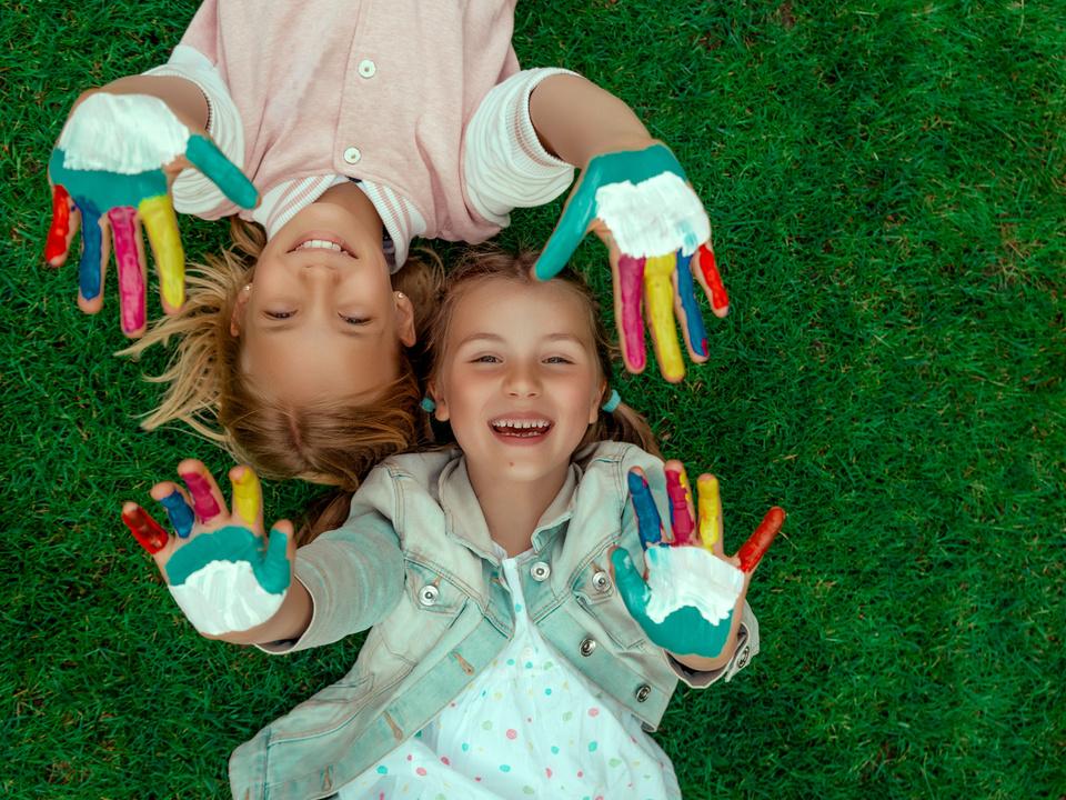 Kinder spielen lachen
