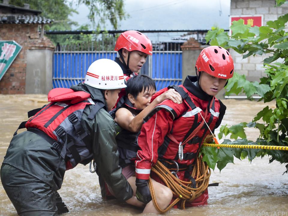 Helfer evakuieren Einwohner der überfluteten Gebiete