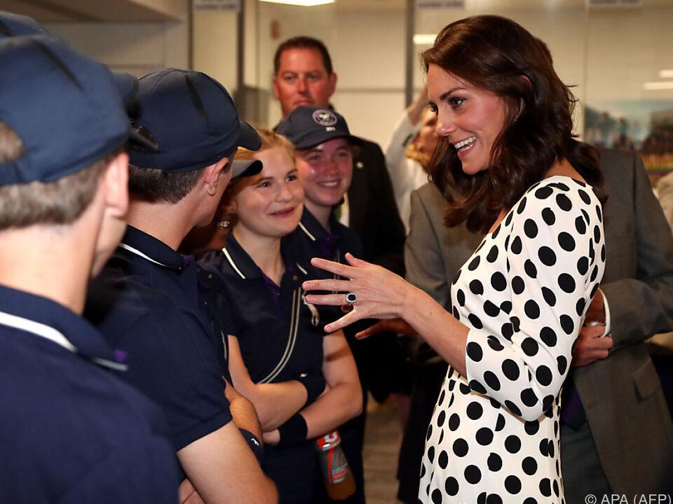 Herzogin Kate im Gespräch mit Ballkindern