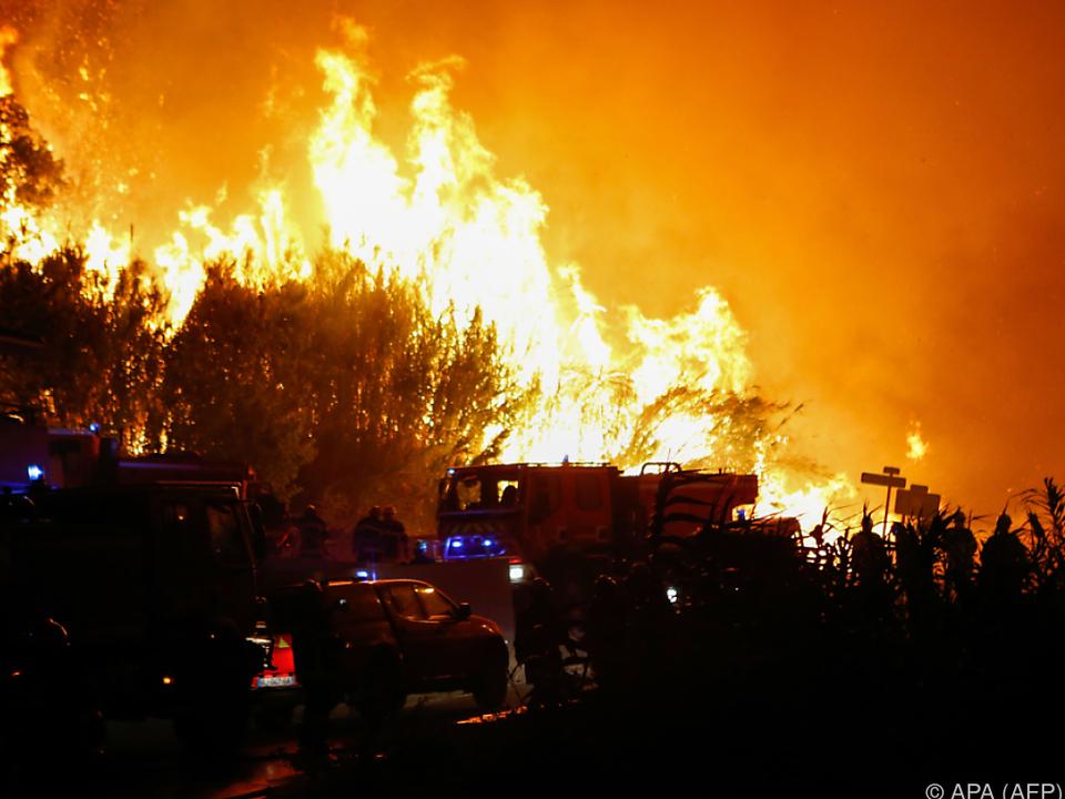 Hunderte Hektar Land stehen in Flammen