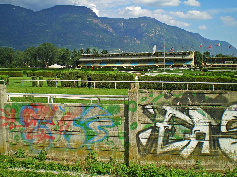 Pferderennplatz Meran Mauer alt