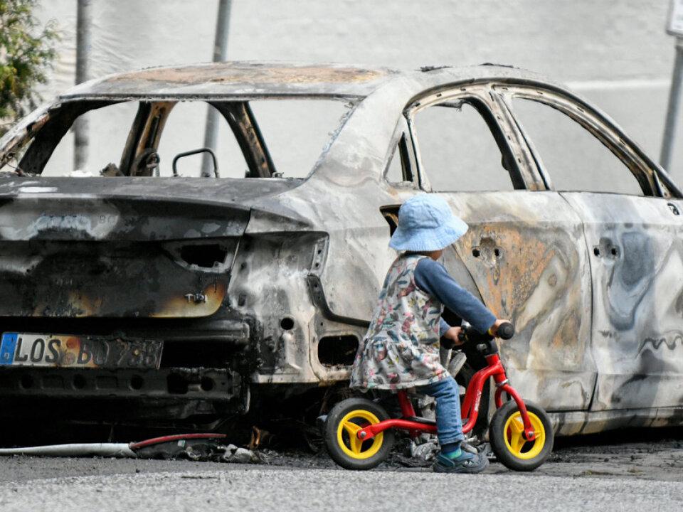 In der Nacht gingen zahlreiche Autos in Flammen auf