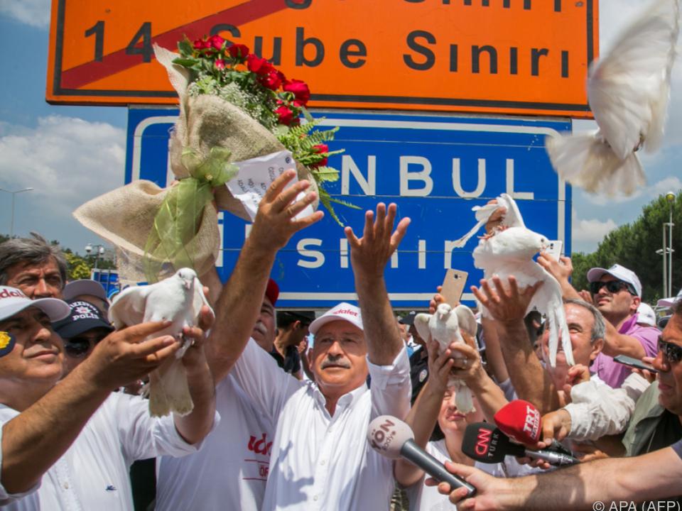 In Istanbul angekommen, wurden sogar Friedenstauben losgelassen