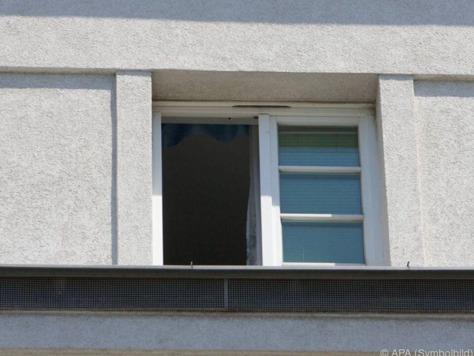 Kleinkind stürzte aus Fenster