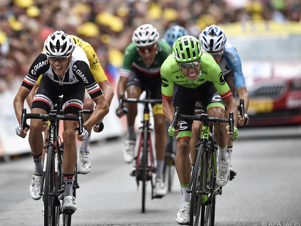 Kolumbianer Rigoberto Uran (rechts) am schnellsten im Ziel