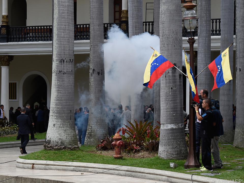 Regierungsanhänger stürmen Parlament von Venezuela