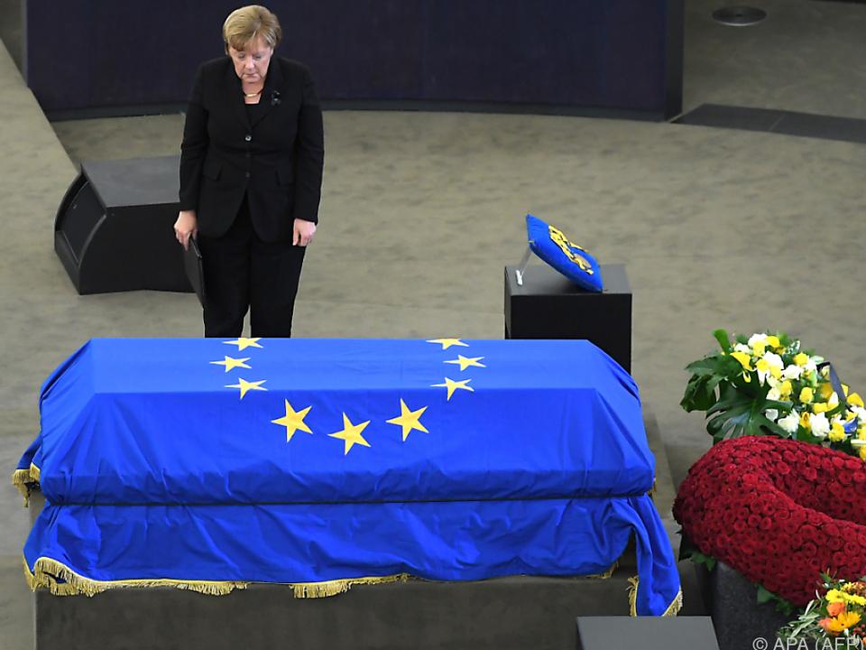 Merkel verabschiedet sich von Kohl