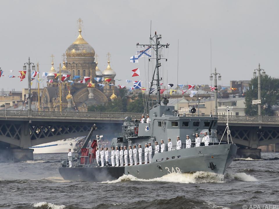 Rund 50 Kriegsschiffe nahmen an der Parade teil