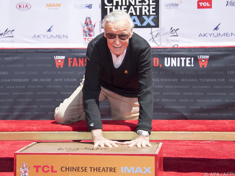 Stan Lee verewigt sich im Zement von Hollywood