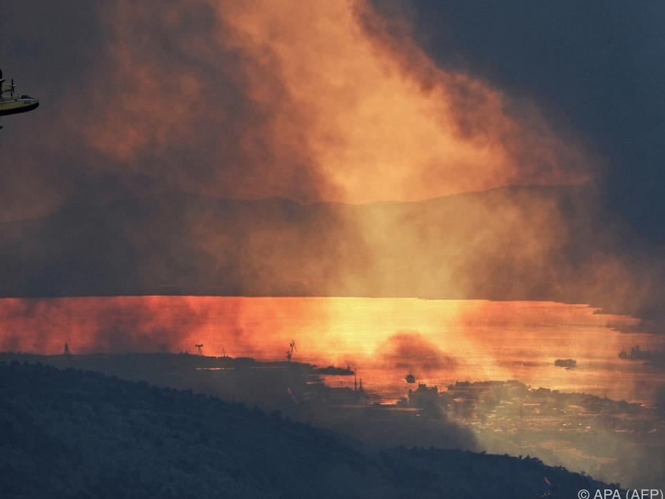 Überhitzte Stromleitungen können die Riesenfeuer ausgelöst haben