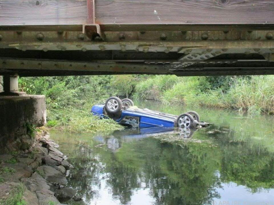 Unfallauto liegt am Dach in der Sattnitz