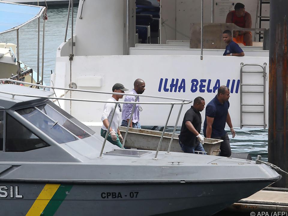 Abtransport einer Leiche nach Fährenunglück im Bundesstaat Bahia