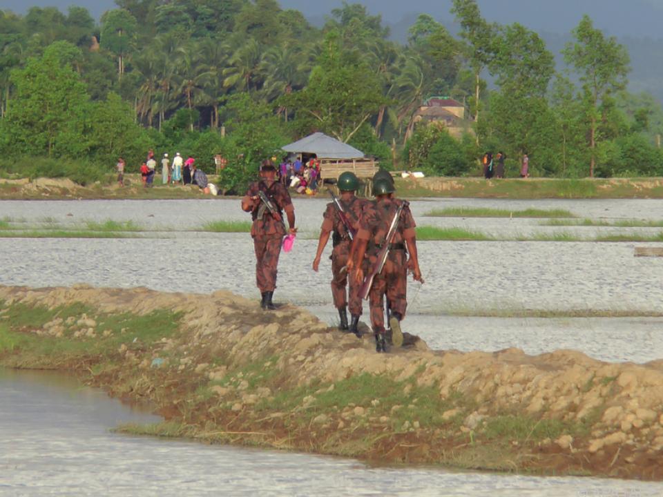 Angehörige der Rohingya-Minderheit flüchten nach Bangladesch