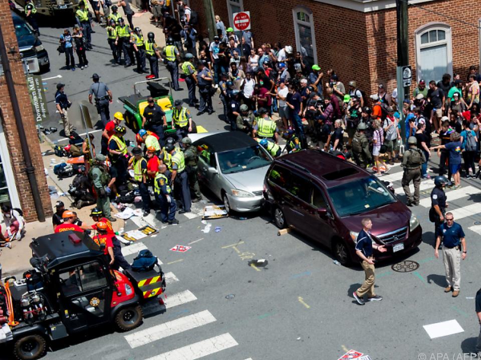 Auto raste in Charlottesville in Menschenmenge
