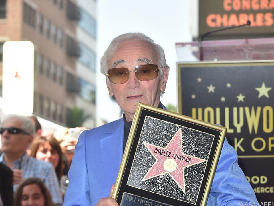 Charles Aznavour posiert am Hollywood Walk of Fame