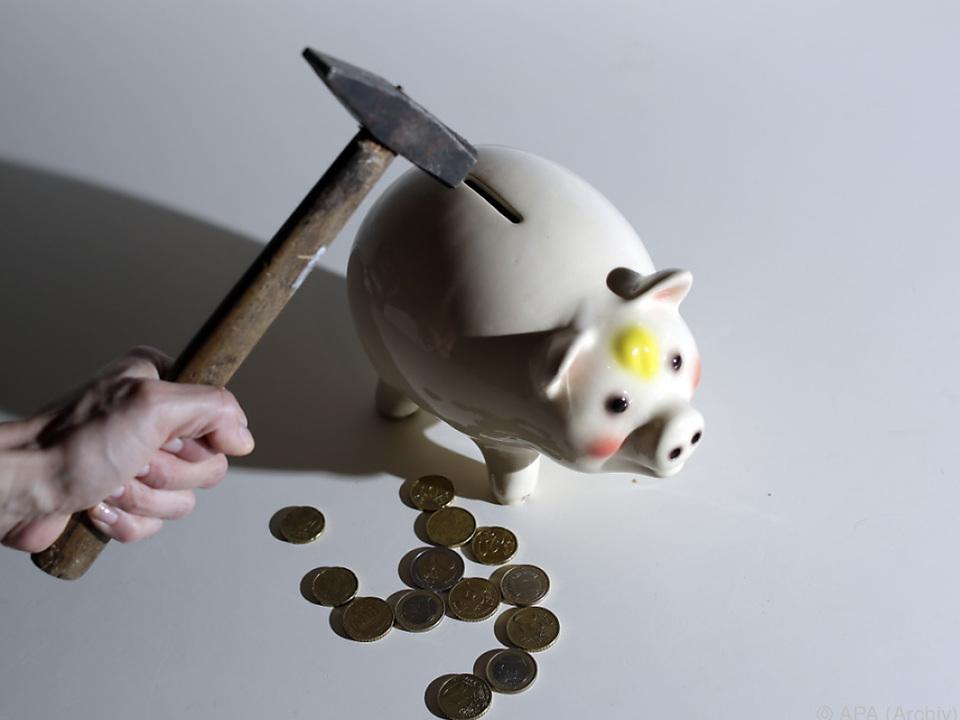 Das Sparschwein wird geplündert, das Geld investiert