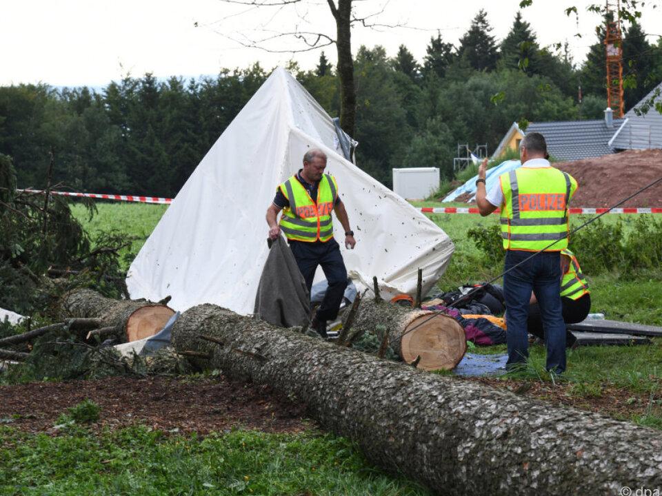 Der etwa 30 Meter hohe Baum stürzte auf ein Gemeinschaftszelt
