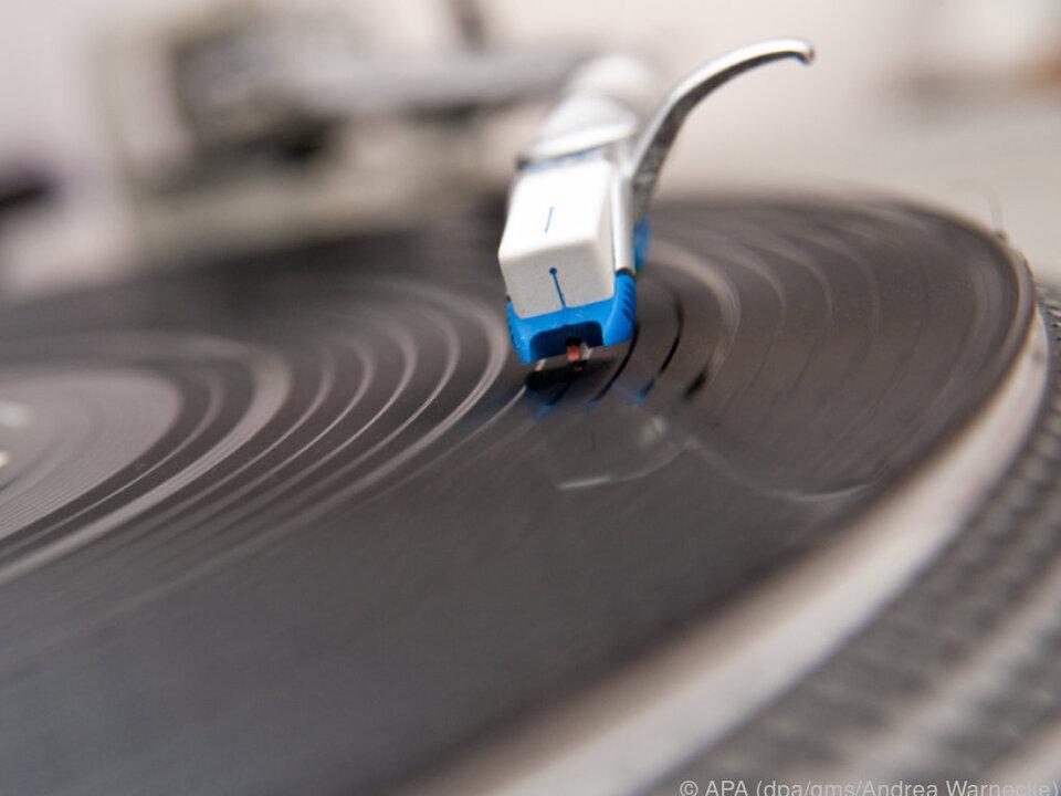 Der Plattenspieler fern vom Schallfeld des Lautsprecher aufgestellt werden