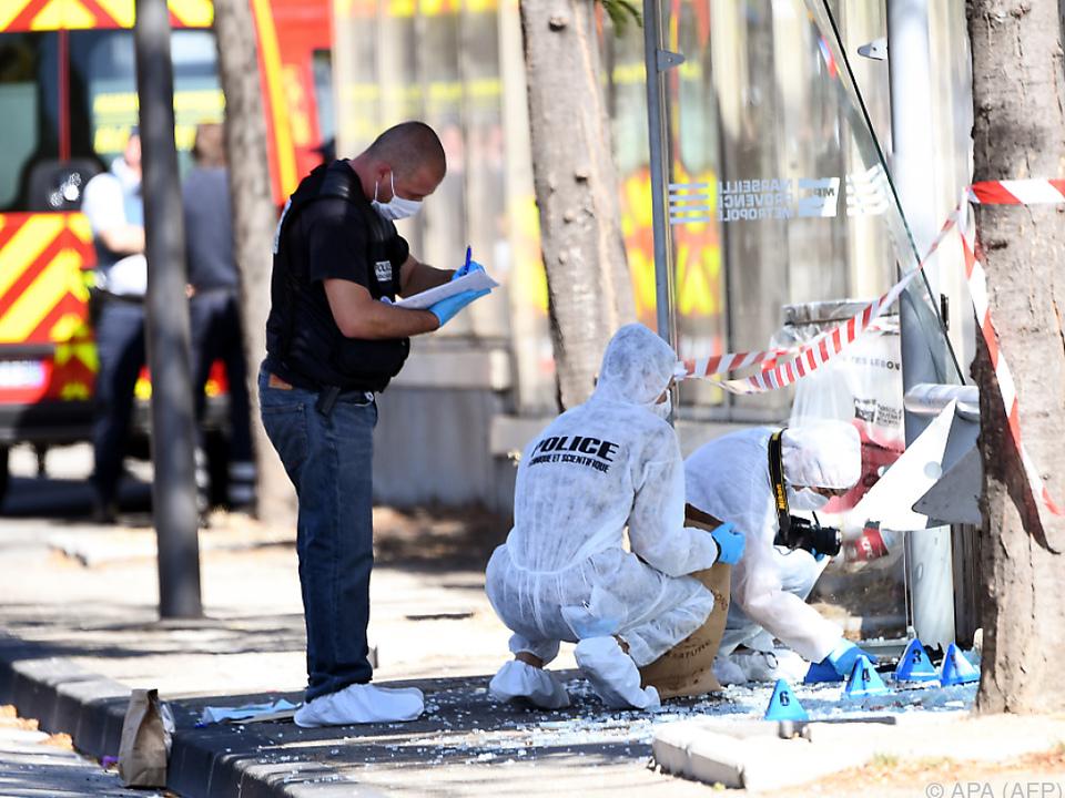 Auto fährt in Bushaltestellen und tötet einen Menschen
