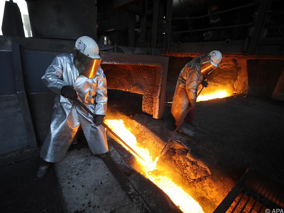 Die Nachfrage nach Metallprodukten hat sich erhöht industrie arbeit job eisen ofen sym