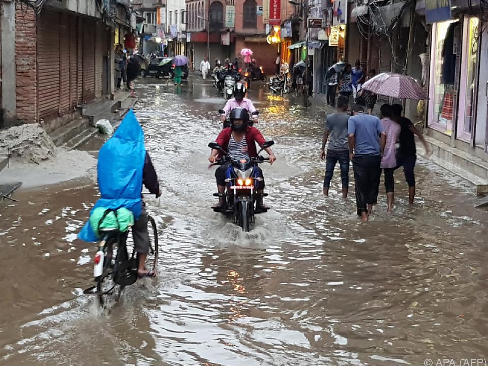 Fluten in den Straßen südlich von Kathmandu