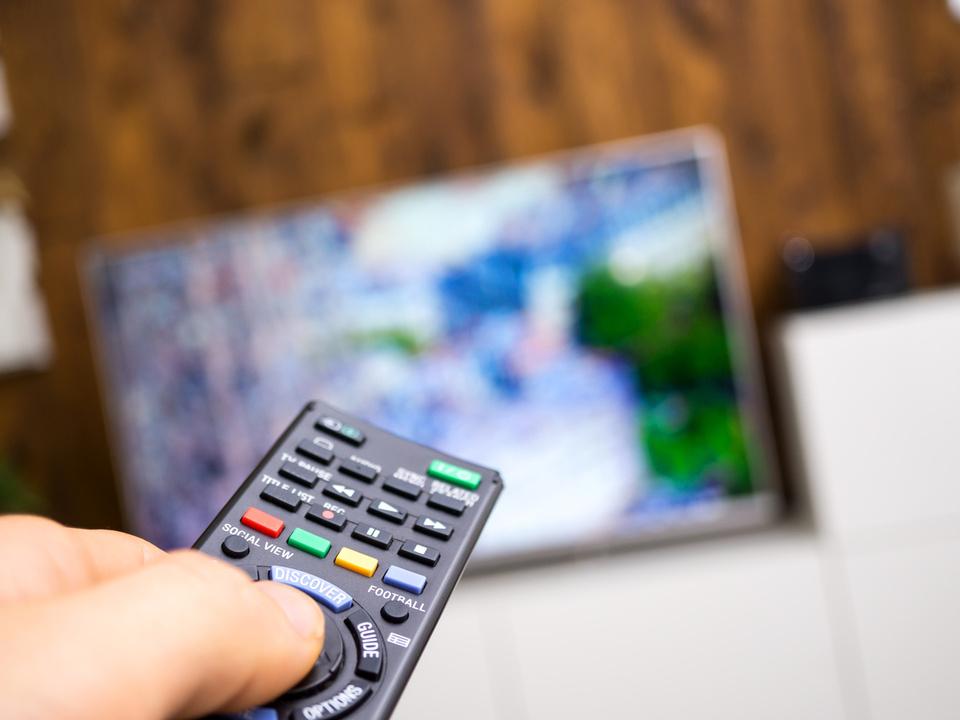 Fernbedienung vom Fernseher tv symbol fernsehgerät sofa abend