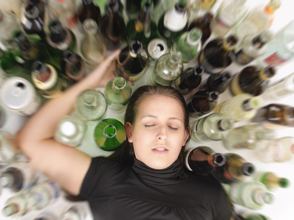Junge Alkoholikerin betrunken alkoholvergiftung jugend sym