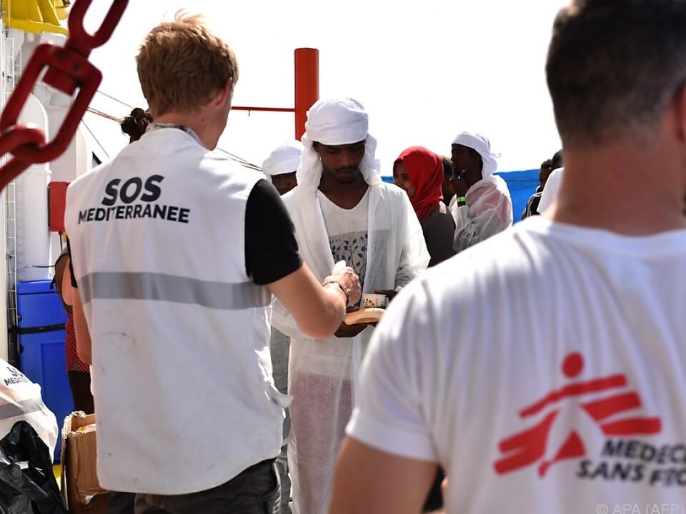 Mitarbeiter von Ärzte ohne Grenzen auf dem Rettungsschiff \