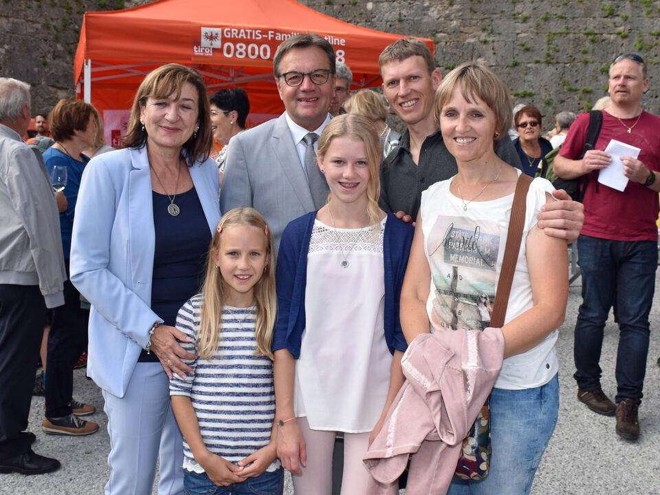 LH Günther Platter und Familienlandesrätin Beate Palfrader mit Familie Reiter aus Kirchdorf vor dem Zelt der Familieninfo der Abteilung Gesellschaft und Arbeit des Landes Tirol.