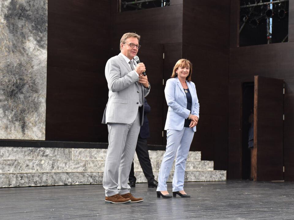 LH Günther und LRin Beate Palfrader begrüßten das Publikum zum OperettenSommer in Kufstein.