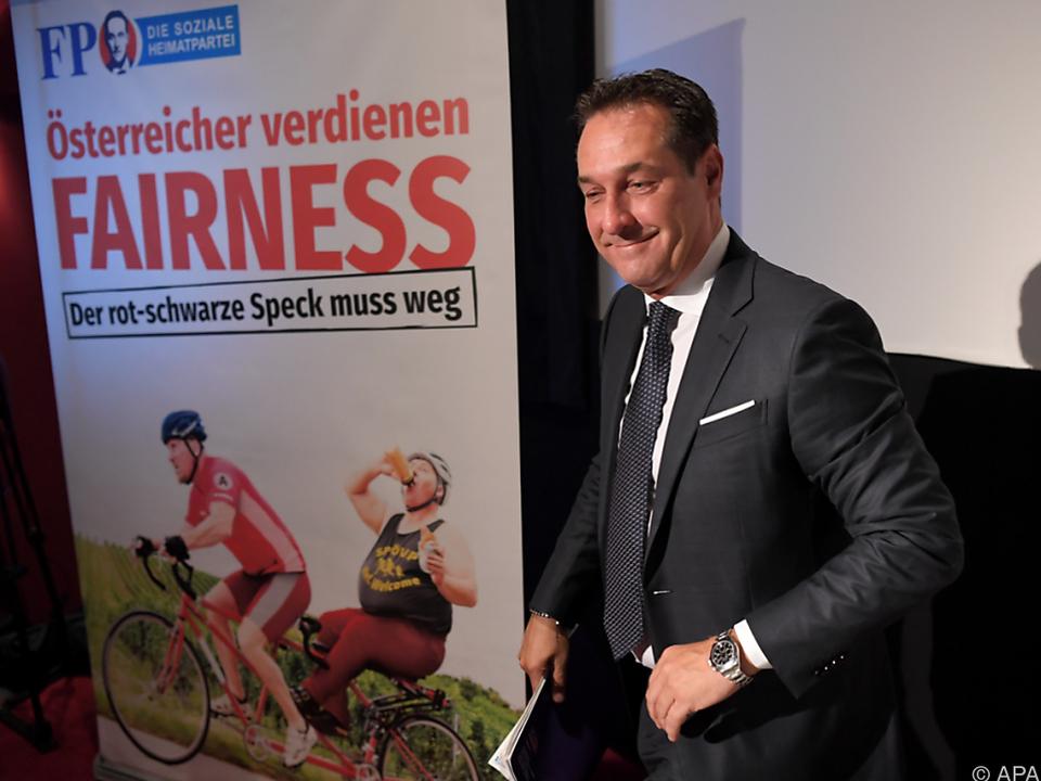 Parteichef Strache ist mit dem Großplakat zufrieden