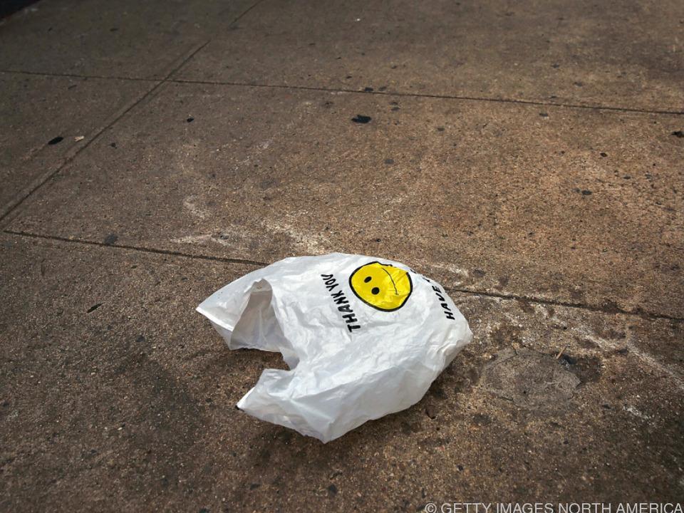Plastiksackerl sollen mindestens fünf Cent kosten