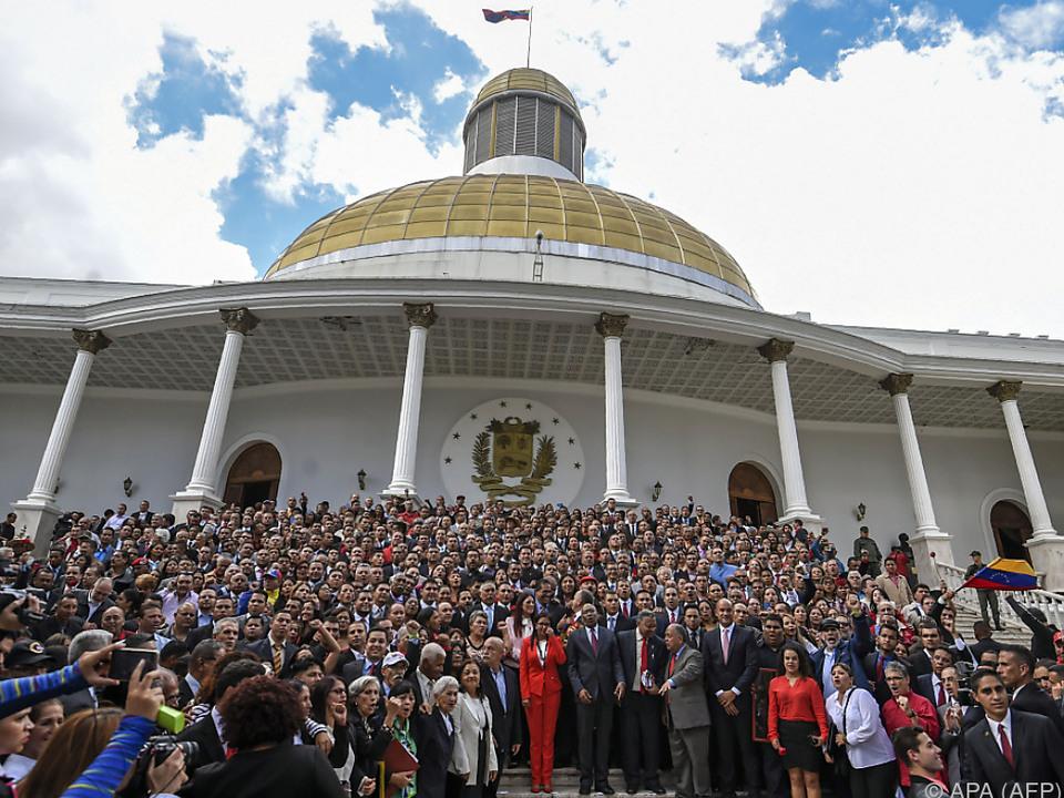 Verfassungsgebende Versammlung posiert für Fotos