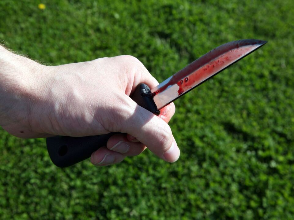 Mann mit blutbeflecktem Messer gewalt sym