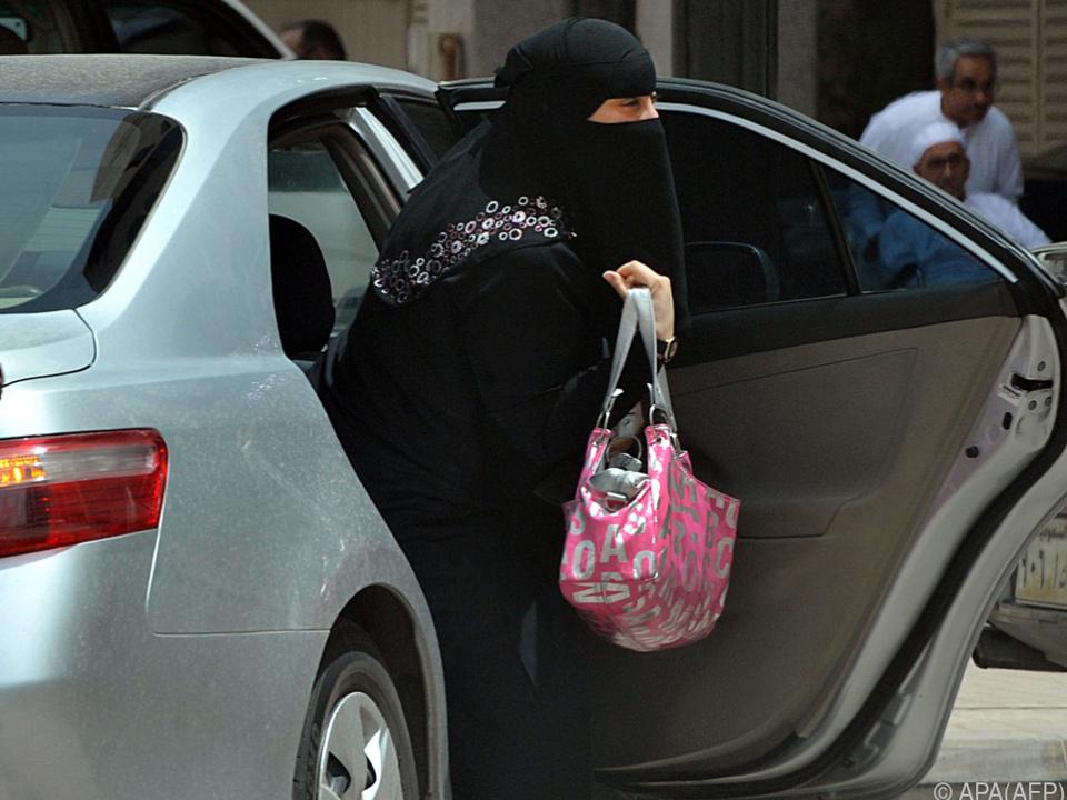 Bald nehmen Frauen in Saudi-Arabien auch hinter dem Steuer Platz
