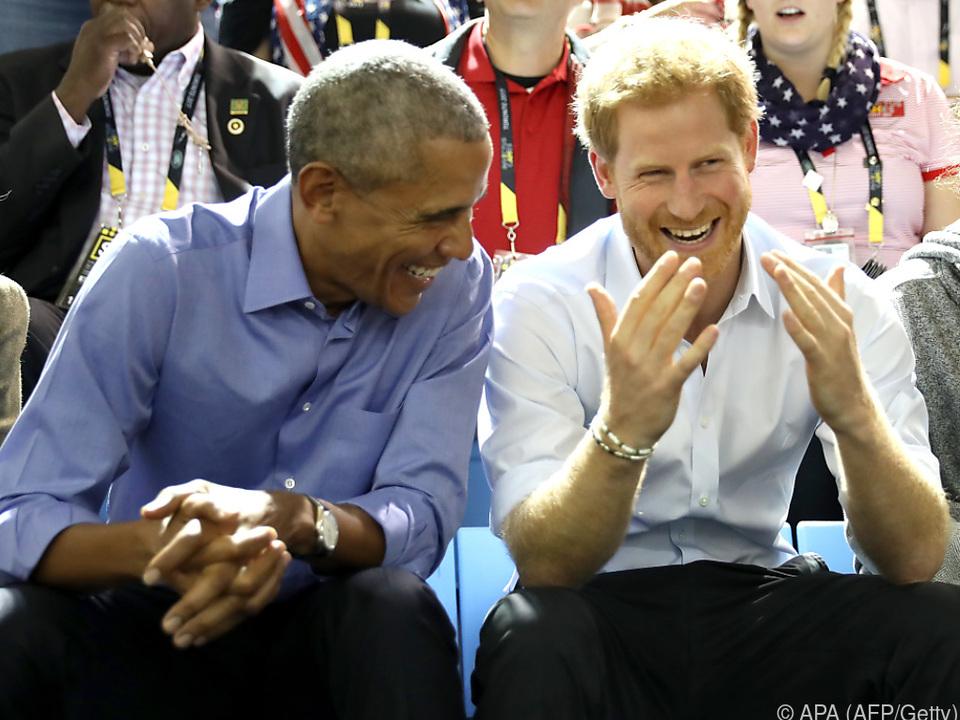Barack Obama und Prinz Harry unterhalten sich gut