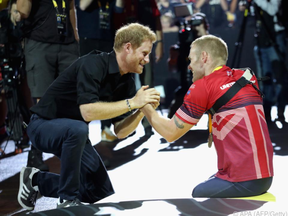Bei der Verleihung kniete Harry neben Ormrod