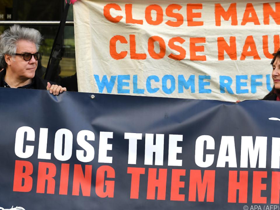 Demonstranten fordern die Schließung der Camps