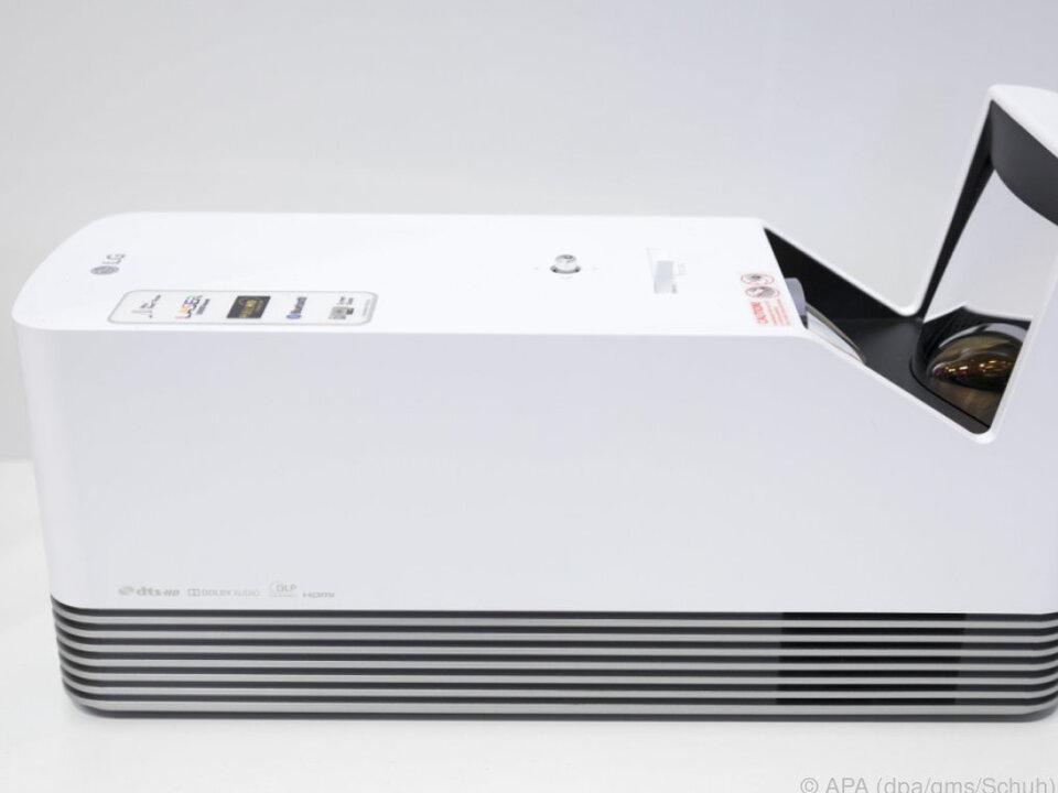 Der Beamer wird 8 bis 20 Zentimeter vor einer weißen Wand platziert