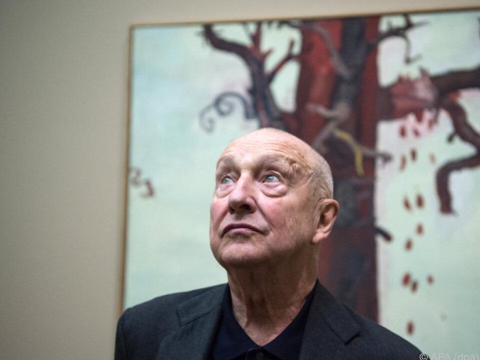Der Maler vor einem seiner Werke