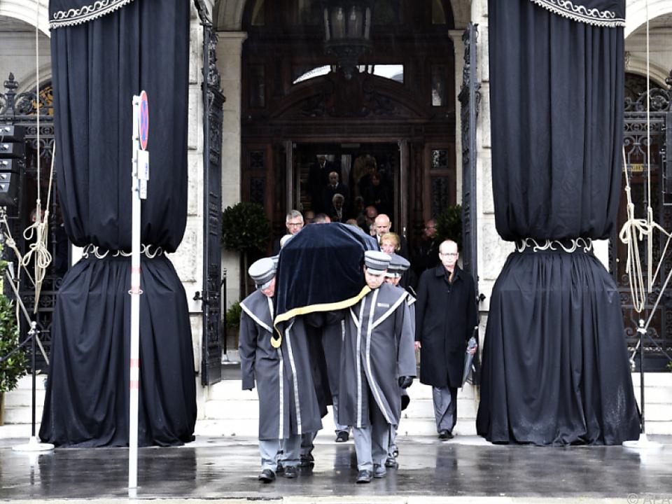 Ein traditioneller Trauerzug für Ehrenmitglieder um das Burgtheater