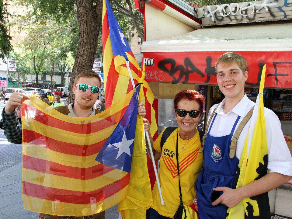 elias-solderer-und-paul-decarli-mit-einer-katalanischen-unabhangigkeitsbefurworterin