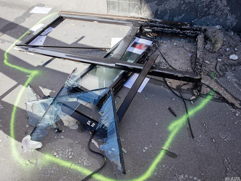 Fensterteile und Büromöbel wurden auf die Straße geschleudert