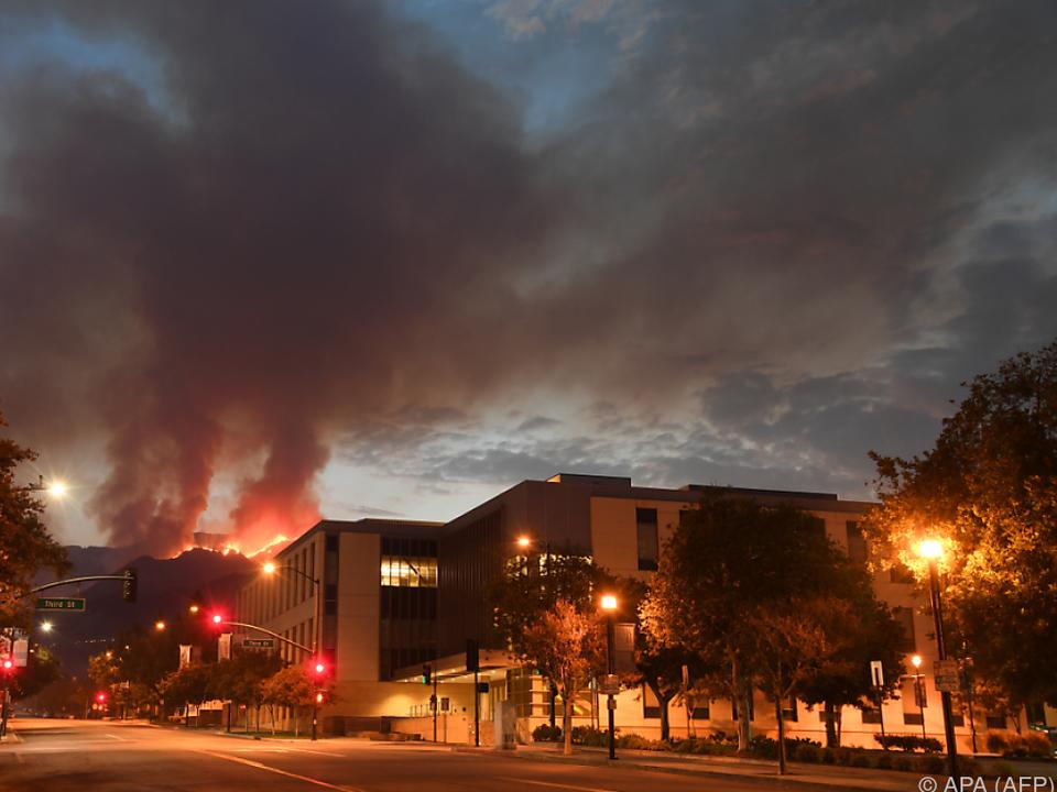 Feuer über der Innenstadt von Burbank bei Los Angeles