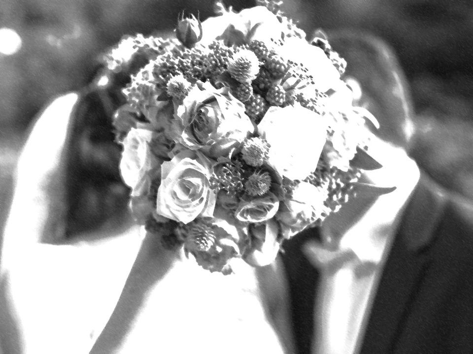 Brautpaar mit Brautstrauß schwarz weiß Hochzeit Erinnerung Horror