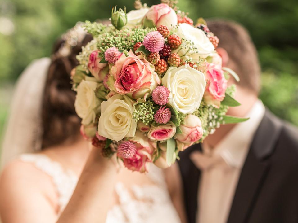Brautpaar mit Brautstrauß Hochzeit
