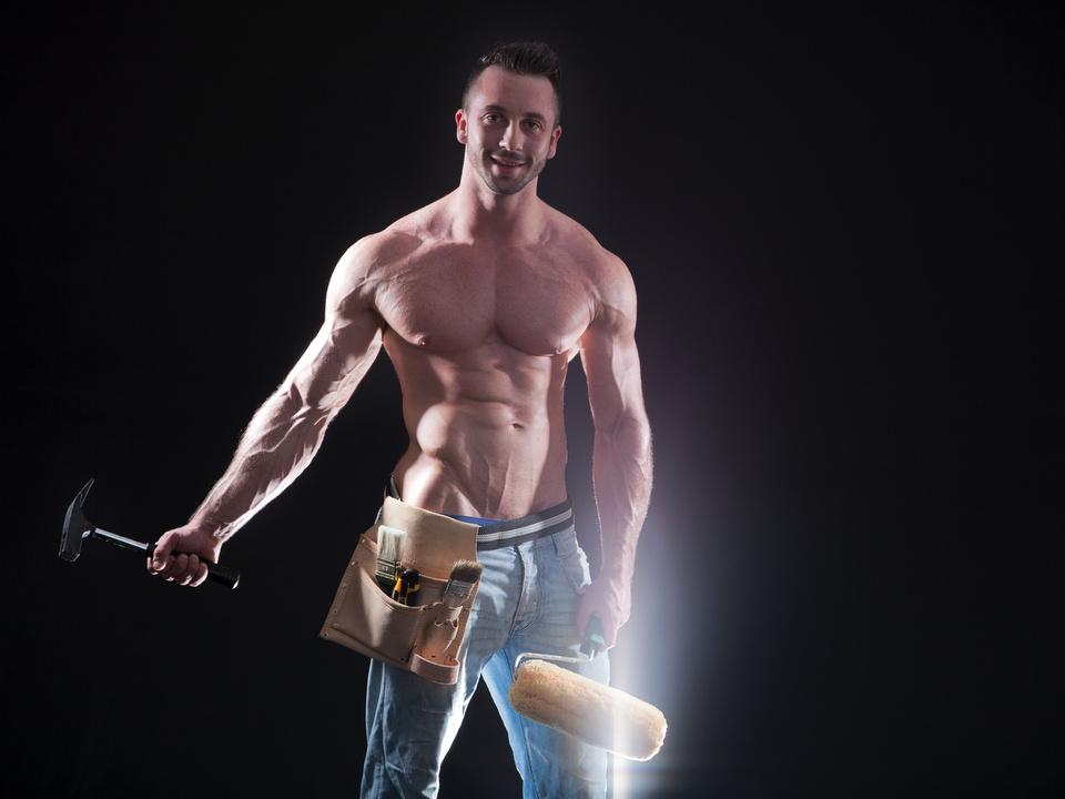 Durchtrainierter Heimwerker mit Farb Roller und Hammer sex maler